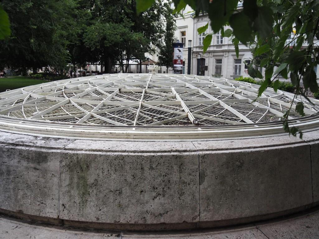 L'entrée d'un bunker construit pour Mátyás Rákosi en cas d'attaque nucléaire pendant la Guerre froide.