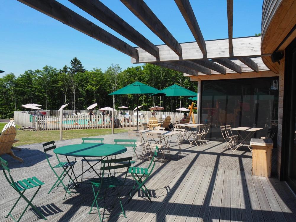 La grande terrasse, avec vue sur la piscine. Photo: Marie-Julie Gagnon