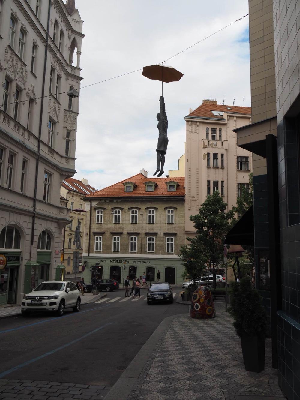Ce personnage suspendu au parapluie est l'une des oeuvres que l'on peut voir à l'extérieur du Mosaic House. Des personnages similaires de différents formats (aussi suspendus à un parapluie) se retrouvent à l'intérieur de l'hôtel. Photo: Marie-Julie Gagnon