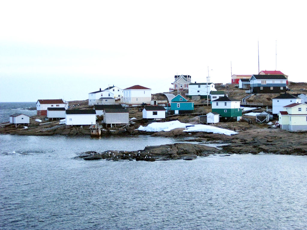 Harrington Harbour, photo prise du Nordik Express. Wikimedia Commons.