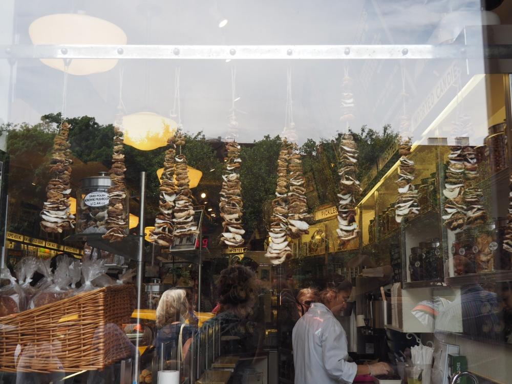 Les champignons accrochés dans la vitrine du Russ and Daughters. Photo: Marie-Julie Gagnon