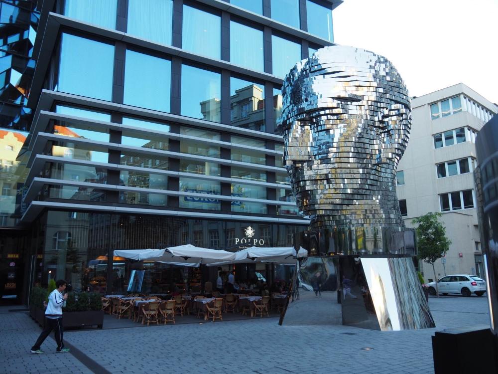 La statue de Franz Kafka par l'ariste controversé David Černý. Photo: Marie-Julie Gagnon