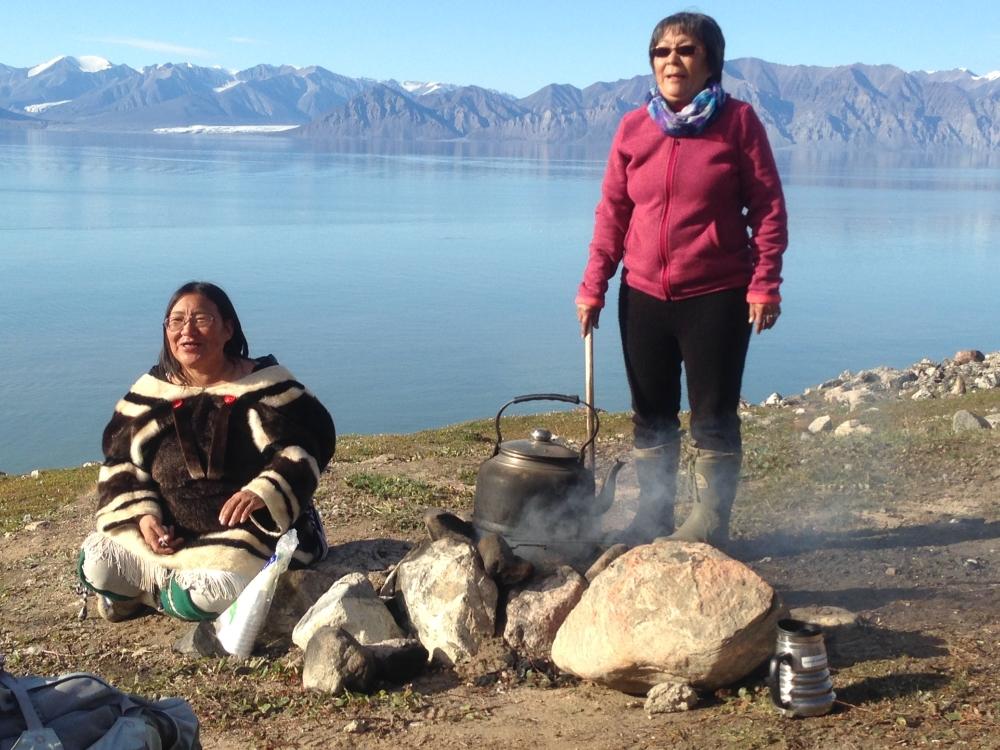Deux femmes préparent le thé à Pond-Inlet. Photo: Véronique Leduc. N.B. Cette photo a été prise lors d'un autre voyage.
