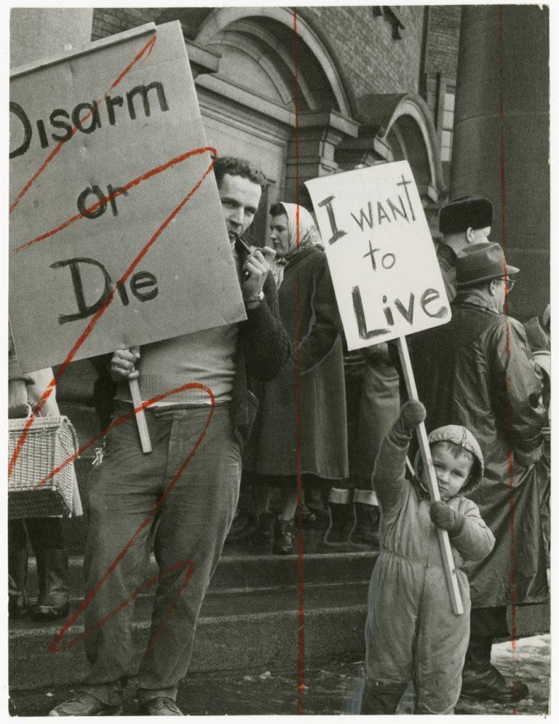 Photographe inconnu. Dave John Bryant et son fils manifestent pour la paix à Toronto. 1961. Don du journal Globe and Mail à l'Institut canadien de la photographie du Musée des beaux-arts du Canada.