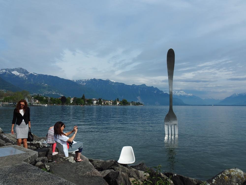Fourchette géante plantée dans le Lac Léman, Vevey. Photo: Marie-Julie Gagnon.