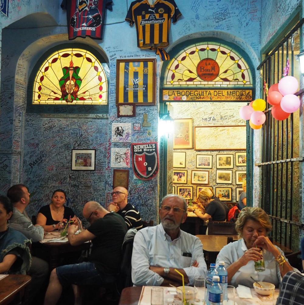 Le mur couvert de graffitis de la Bodequita del Medio. Photo: Marie-Julie Gagnon