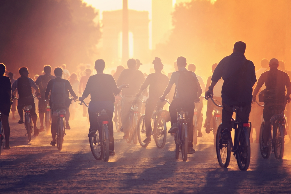 Vélos sur les Champs-Élysées, Paris. Photo: Shutterstock