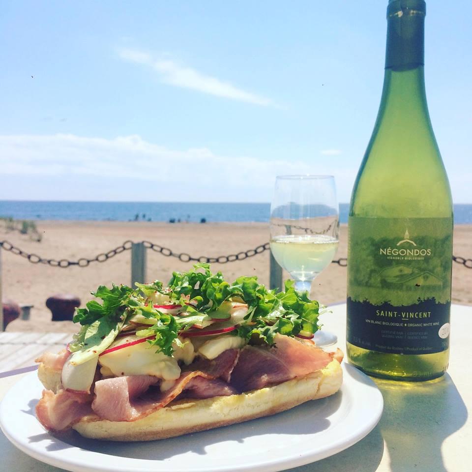 Un plat appétissant et un bon cru, face à la mer au Café L'Échouerie. Photo: Facebook Café L'Échouerie