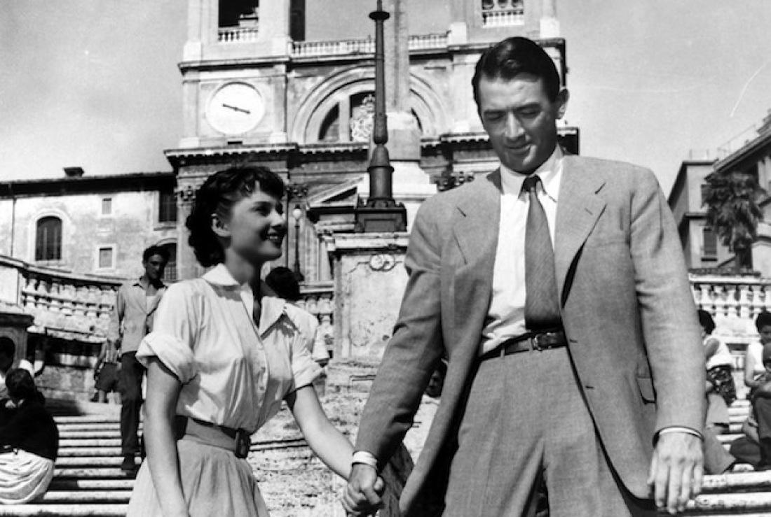 Audrey Hepburn, Roman Holiday et Gregory Peck dans Roman Holiday. Tourné en 1953, il fut le tout premier film d'Audrey Hepburn. Le regard du cinéaste sur Rome est magnifique.