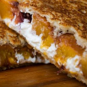 "alt=""grilled-cheese-peches-roties-fromage-chevre-balsamique"""