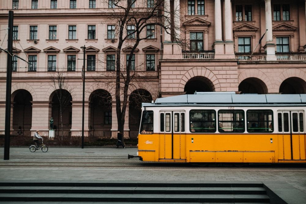 De jolis trams circulent au bord du Danube. Photo: Tanja Heffner, Unsplash