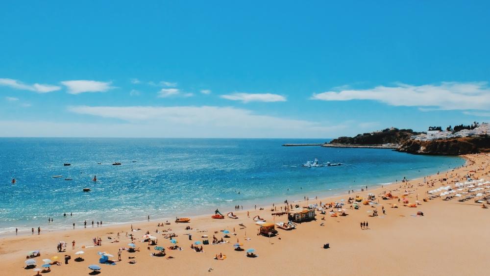 Albufeira, la plus grande station balnéaire bordant le littoral de l'Algarve. Photo: Dahee Son, Unsplash