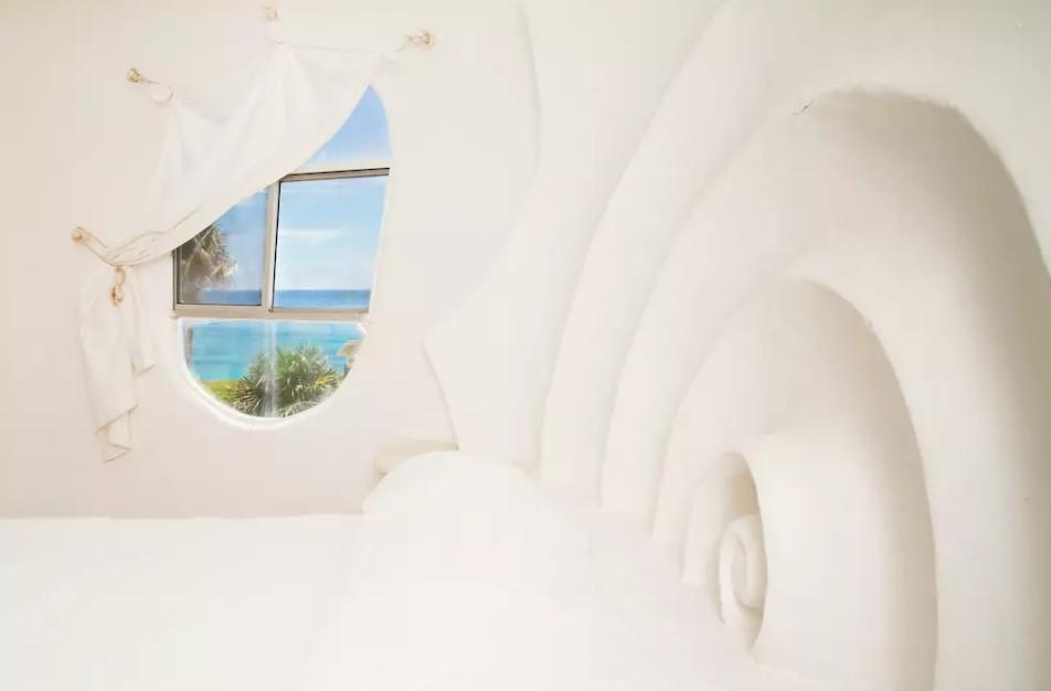 La chambre, avec tête de lit sculptée et vue sur l'océan. Photo: airbnb.com