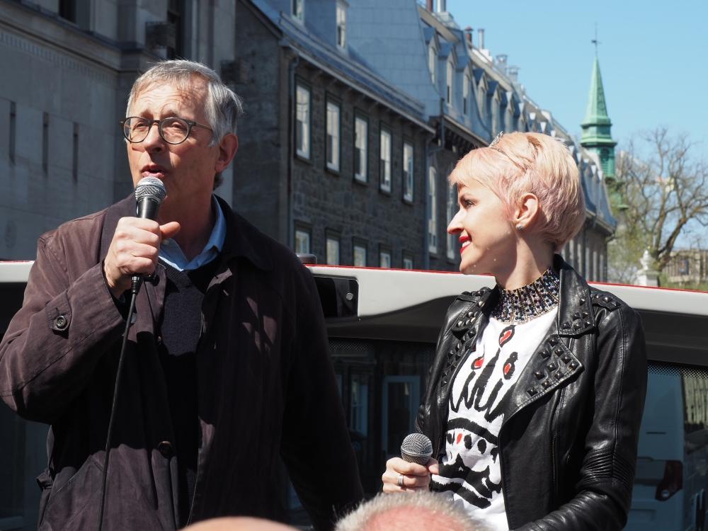 L'historien David Mendel et Geneviève Borne à bord de l'autobus. Photo: Marie-Julie Gagnon