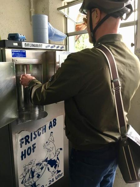 Boire du lait de vache bien frais... à une machine distributrice! Photo: Anne Pélouas