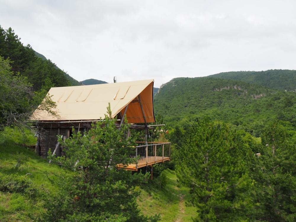 Une «Chahutte», avec une base en bois et un toit de toile, au Village Huttopia Dieulefit. Photo: Marie-Julie Gagnon