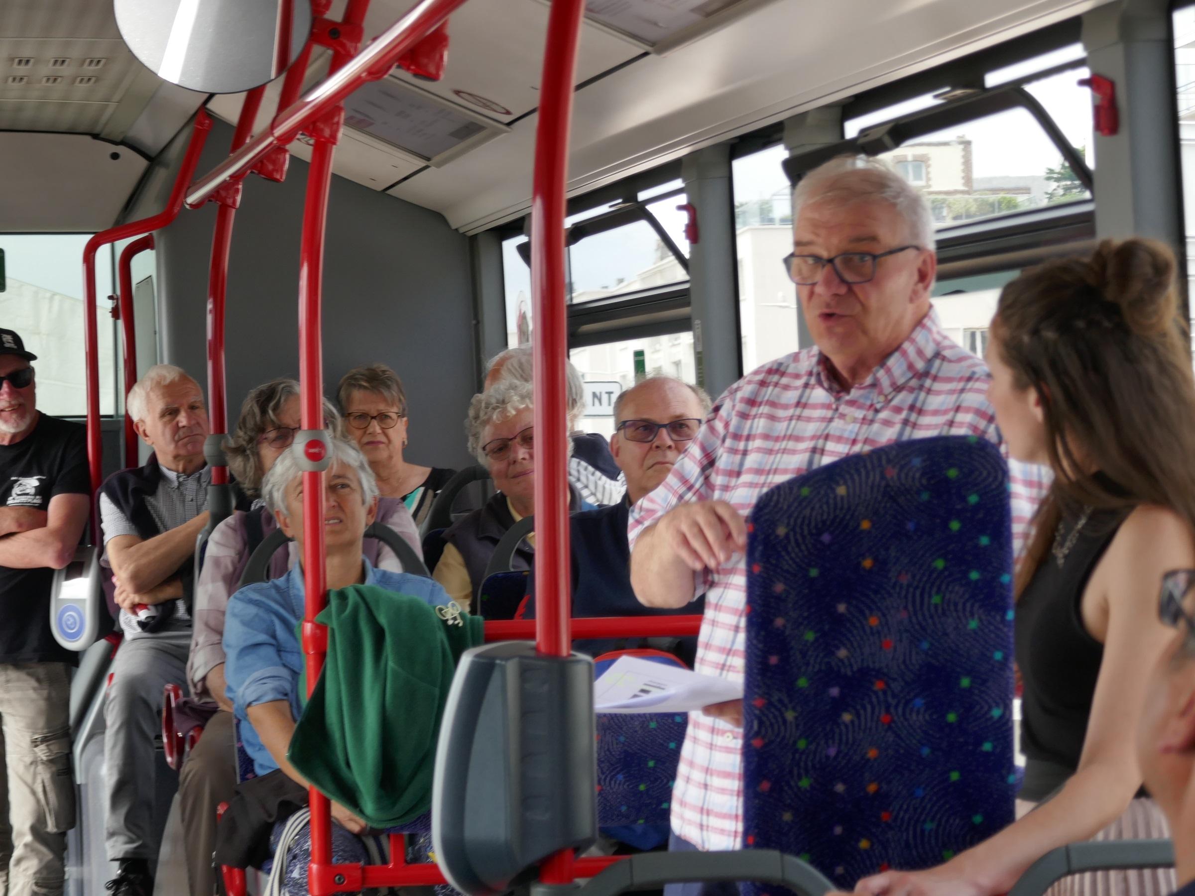 Marie-Ève Bourassa et Richard Migneault dans l'autobus réservé au polar québécois, en font connaître les auteurs et les facettes au public français Photo: Richard Migneault