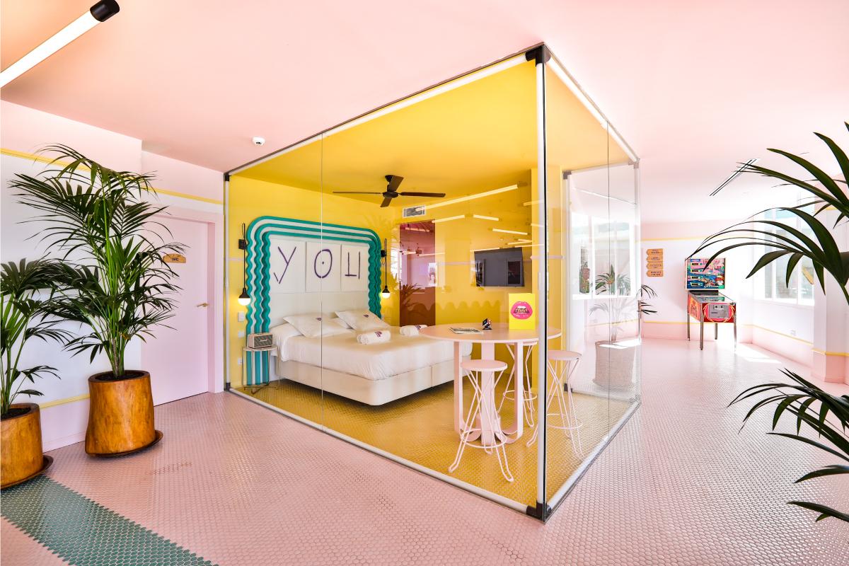Dormiriez-vous dans cette chambre aux murs vitrés située dans le lobby de l'hôtel?