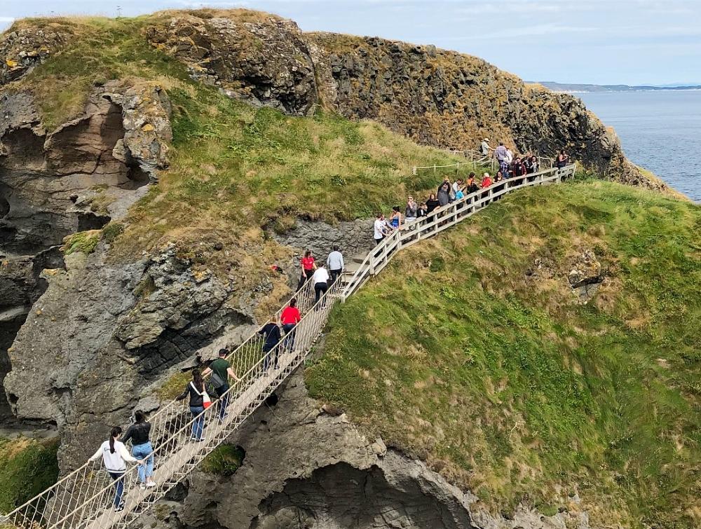 La balade pour atteindre le pont de corde, avec vue sur l'île de Rathlin et les îles écossaises, reste fort agréable. Photo: Marie-Julie Gagnon