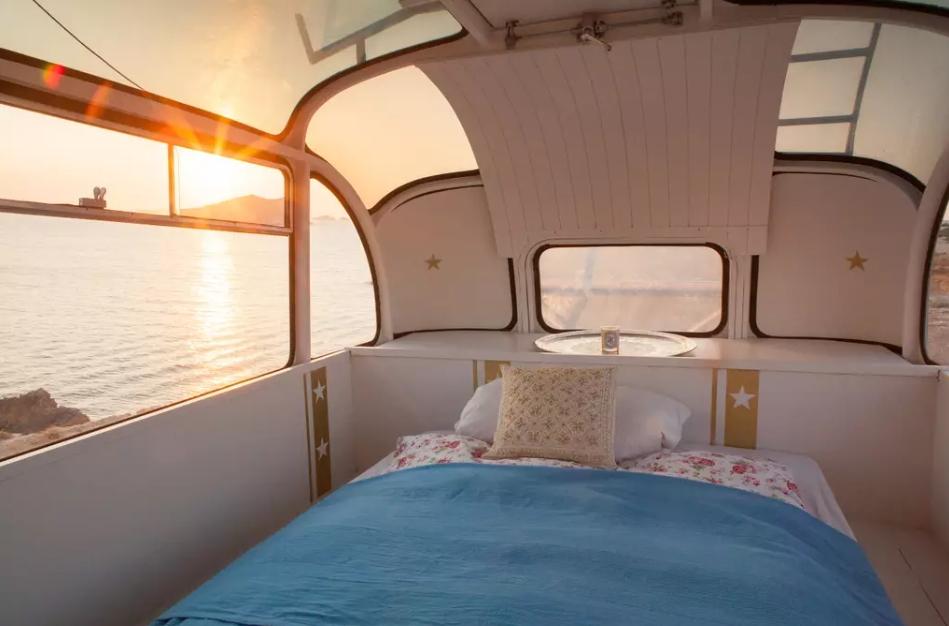 Dormir dans un autobus transformé en logement est chose possible avec Airbnb. Photo: airbnb.fr