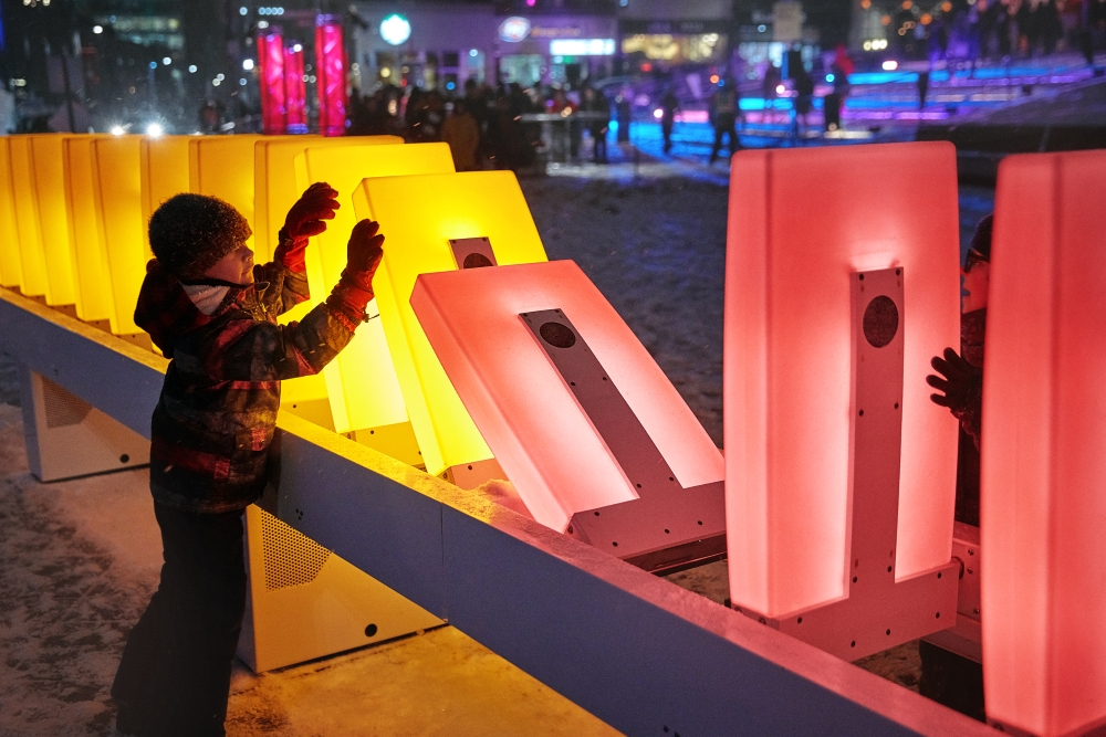 Luminothérapie, effet domino, par Ingrid Ingrid, une production du Partenariat du Quartier des spectacles. Photo : Nicolas Gouin - l'Hibou